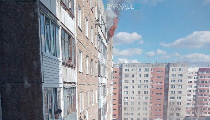 В Барнауле загорелась квартира на верхнем этаже многоэтажки