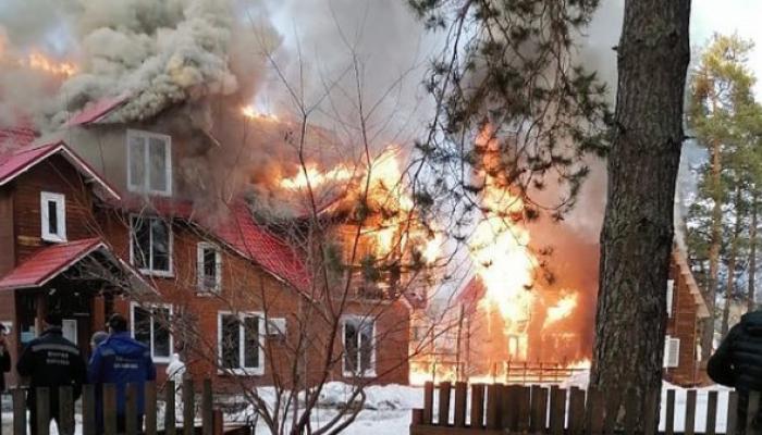 Крупный пожар произошел в парк-отеле Манжерок на Алтае