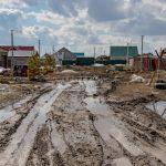 Как поросята: жители барнаульского поселка Лесной тонут в грязи и лужах