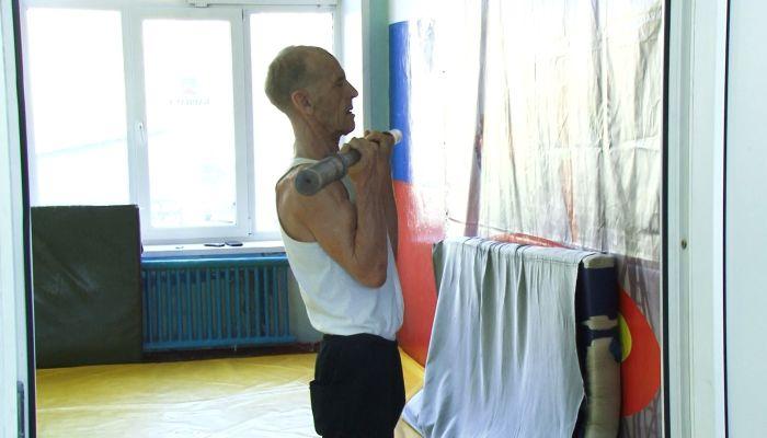 Даже молодые завидуют: пенсионер из Барнаула занялся борьбой в 70 лет
