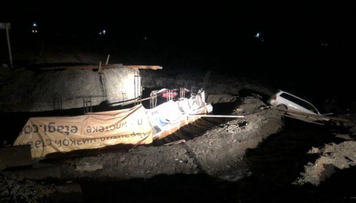В Республике Алтай автомобиль упал со строящегося моста
