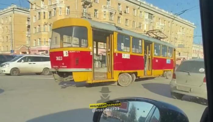 Еще один трамвай сошел с рельсов в центре Барнаула