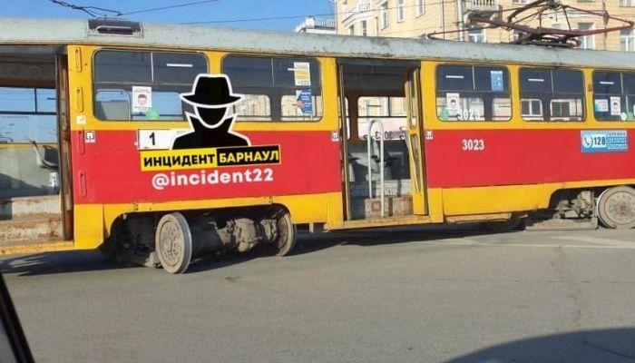 Трамвай сошел с рельсов и парализовал движение в центре Барнаула