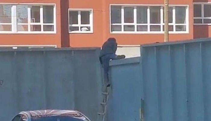 Жители новостроек в Барнауле лазят через забор, чтобы попасть на соседнюю улицу