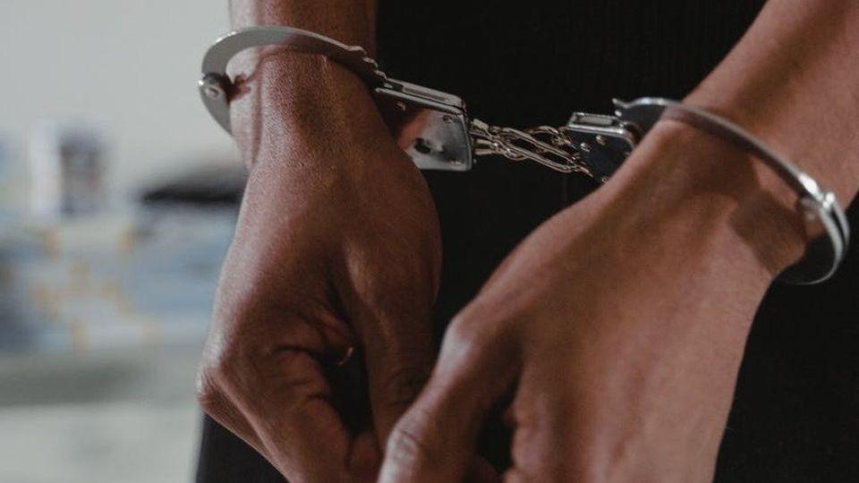Задержанный. Арест. Наручники
