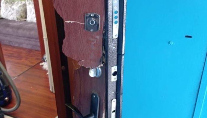 ОМОН по ошибке вломился в квартиру жительницы Заринска и вышиб ей дверь