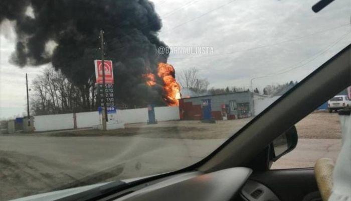 Соцсети: в селе под Барнаулом загорелась автозаправочная станция