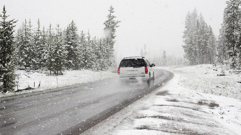 Снег. Автомобиль на трассе