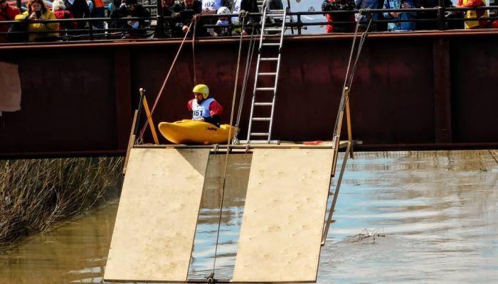 Экстремалы-каякеры устроили в Барнауле прыжки в реку с рампы