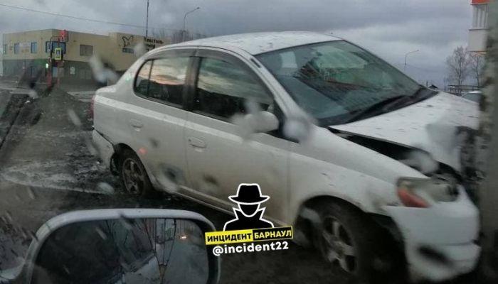 Недоброе утро: в Барнауле иномарка с разгона обняла столб