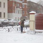 В Барнауле 125 алиментщиков убирали снег с улиц города