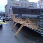 Ураган сорвал заборы и конструкции, которые повредили авто в Барнауле