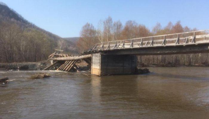В Приморье под легковым автомобилем развалился мост - есть погибшие