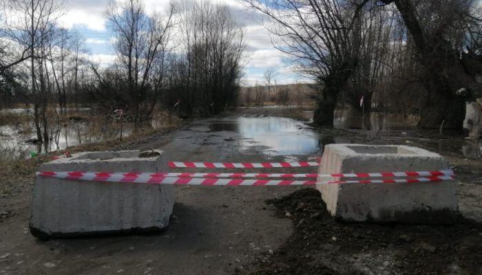 В Затоне ограничили движение по дороге из-за подтопления