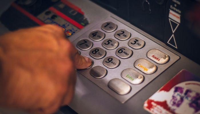 Жительница Барнаула прикарманила забытые в банкомате 200 тысяч рублей