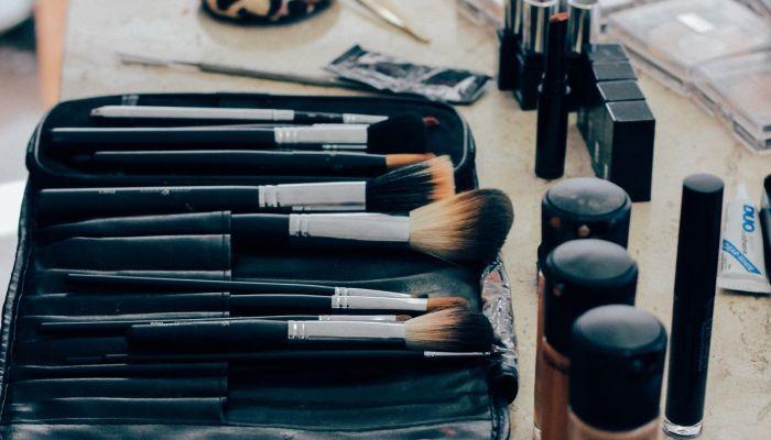 Винил на губах и оригинальные стрелки: основные тренды макияжа 2021 года