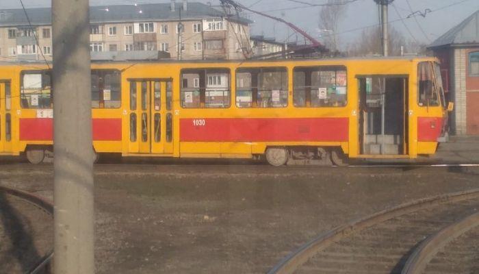 Запутался в проводах: в Барнауле случилось очередное ЧП с трамваем