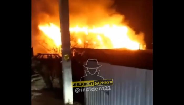 Двух человек спасли из горящего дома в Новоалтайске
