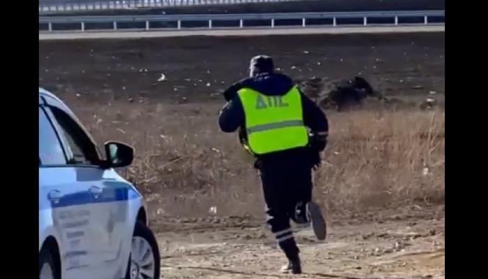 В Новосибирске сотрудник ДПС пытался задержать мотоциклиста, бросая в него камни