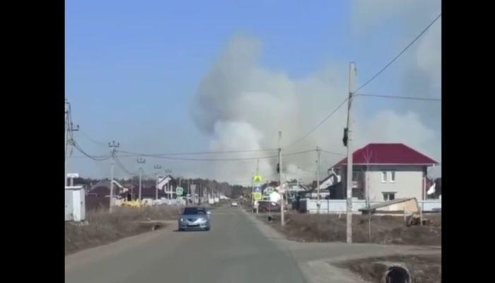 Огромный столб дыма сняли в небе над алтайским поселком Фирсово