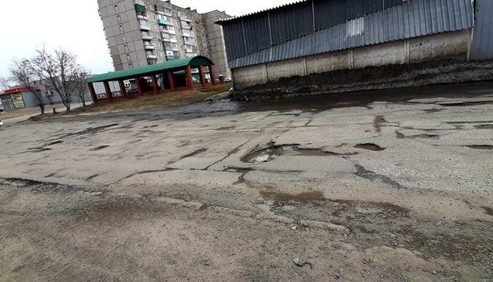 Жители двух микрорайонов Новоалтайска жалуются на убитые дороги и большегрузы