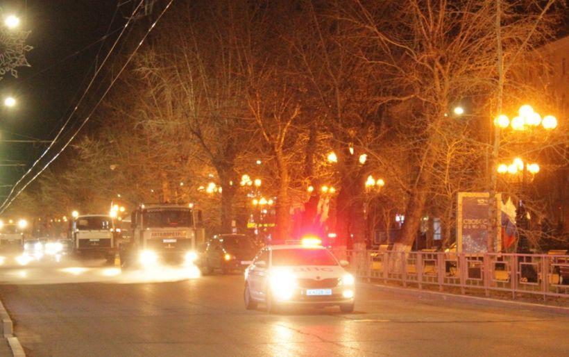 Дорожная спецтехника моет улицы Барнаула Фото:barnaul.org