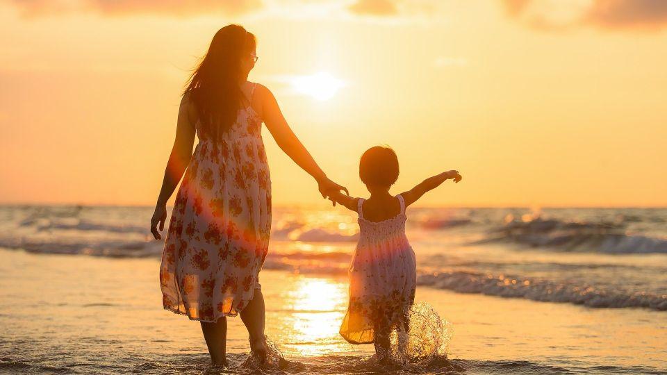 Мать и дочь. Море. Закат