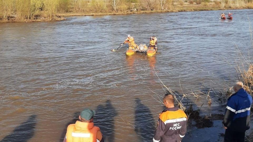 Спасатели транспортируют тело погибшей