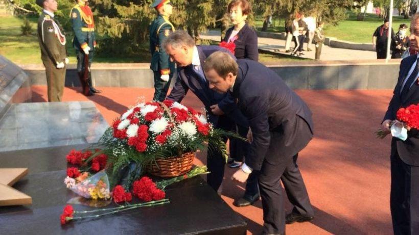 Возложение цветов. Мемориал в Барнауле Фото:Виталий Барабаш