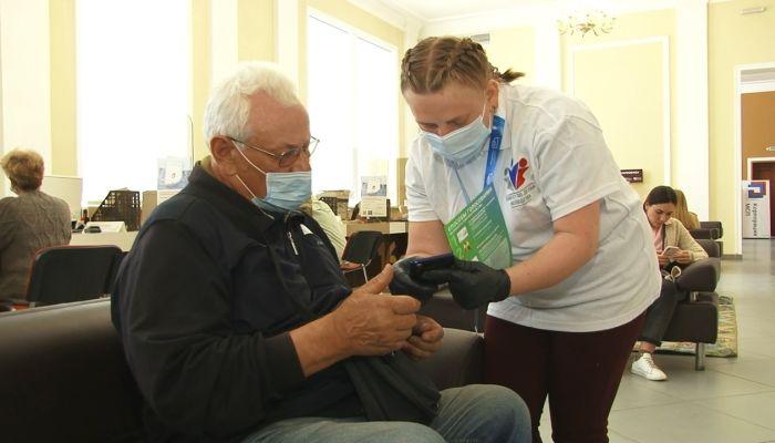 Волонтеры помогают горожанам голосовать за благоустройство территорий Барнаула