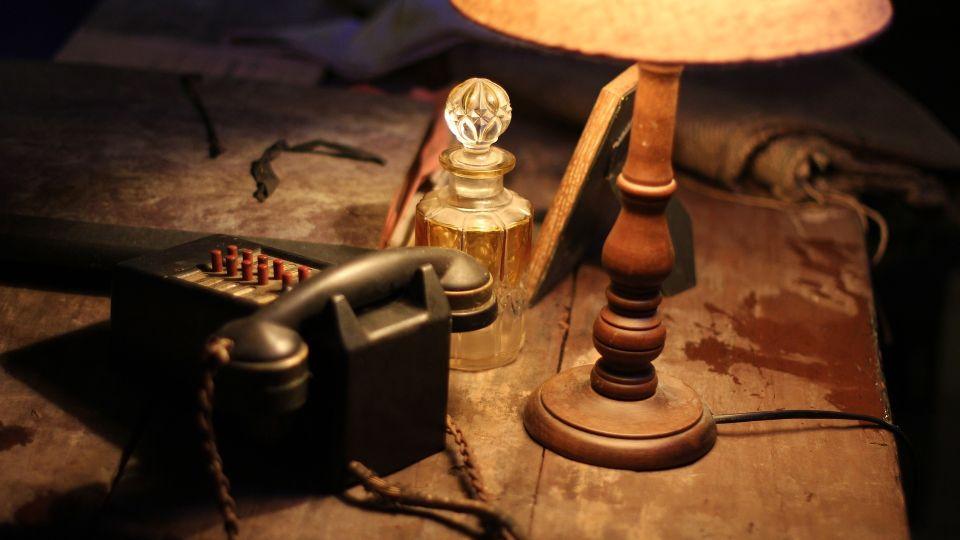 Стол. Лампа. Телефон. Мрак