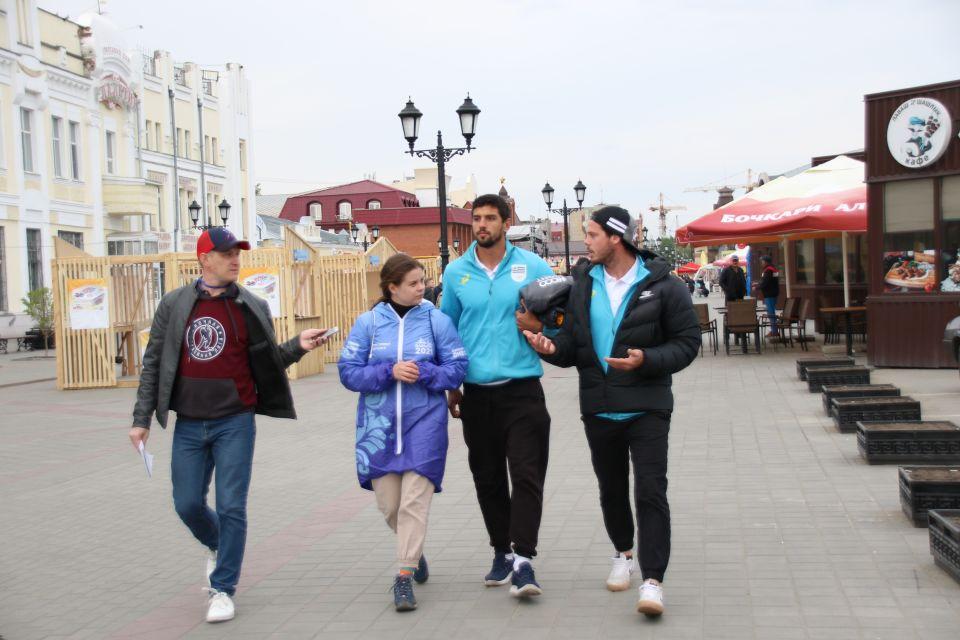 Гребля, девушки, водка: о чем говорили гребцы из Уругвая на прогулке по Барнаулу