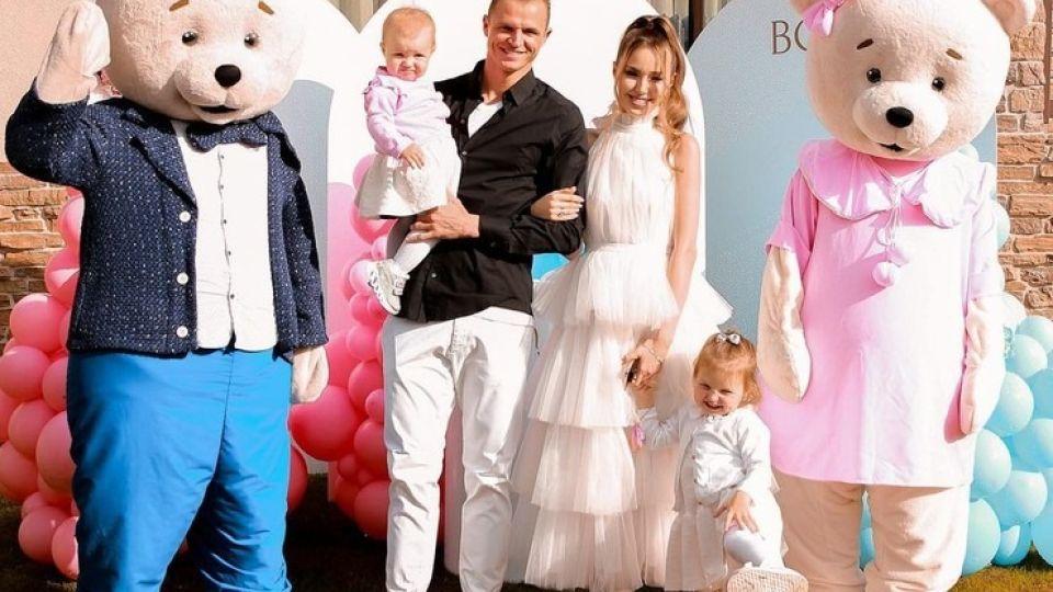 Дмитрий Тарасов и Анастасия Костенко с детьми