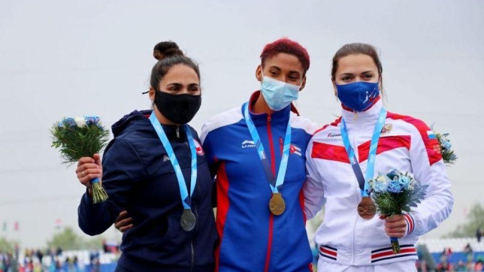 Церемония награждения после гонки каноэ-одиночек на дистанции 200 метров, слева-направо Мария Майярд (Чили), Ярислейдис Сирило (Куба), Ирина Андреева (Россия)