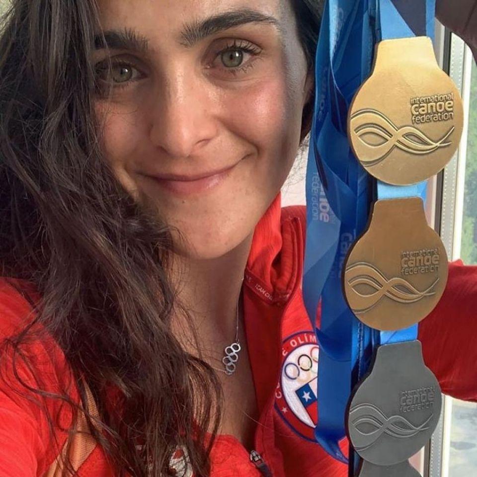 Чилийка Мария Майярд с коллекцией медалей Кубка мира