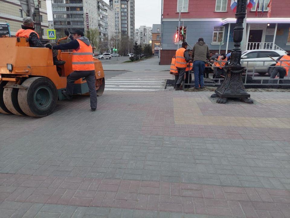 """На следующий день после нанесения """"зебры"""" на проспекте Ленина, рабочие вскрыли дорожное полотно"""