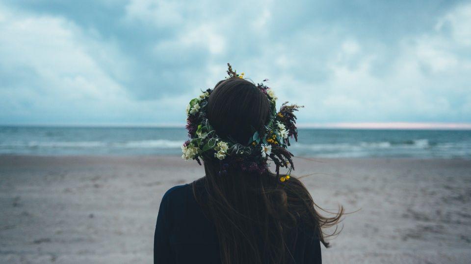 Пляж. Девушка. Венок