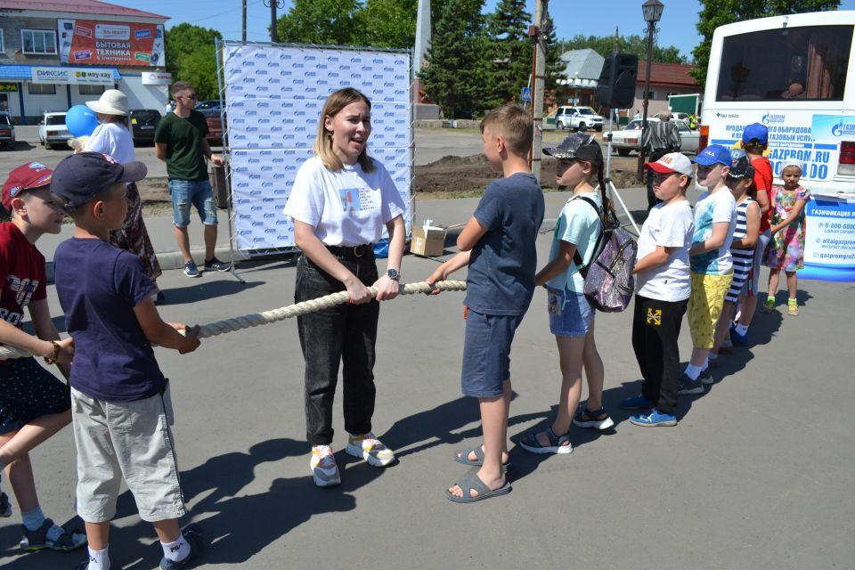 """Компания """"Газпром газораспределение Барнаул"""" и студенты аграрного университета устроили в Ребрихе праздник в День защиты детей"""