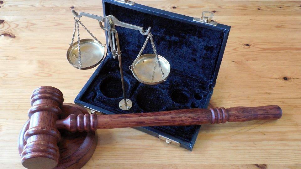 Суд. Арест