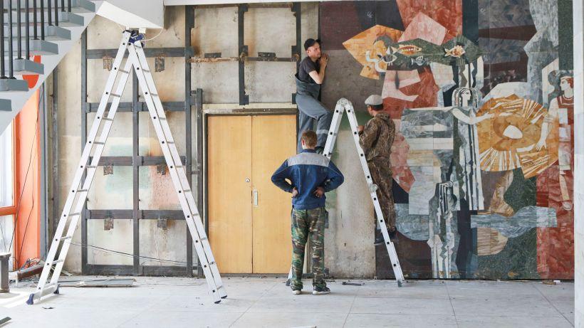 Демонтаж мозаики в здании Речного вокзала в Барнауле Фото:Олег Укладов
