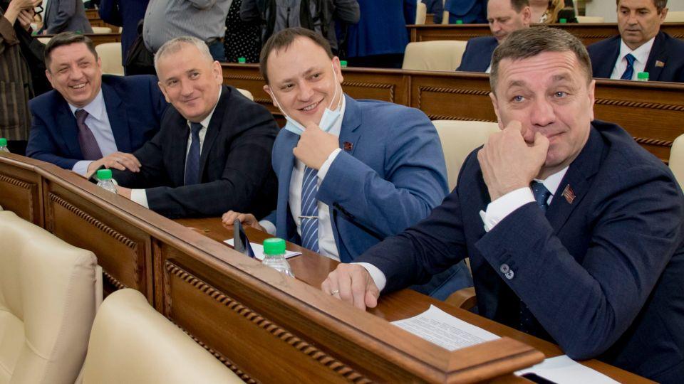 Николай Данилин (в центре), а также его коллеги Максим Степин (слева от него) и Сергей Сивец (справа)