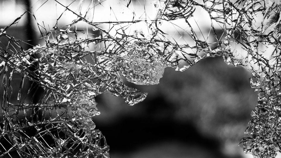 Разбитое стекло. ДТП