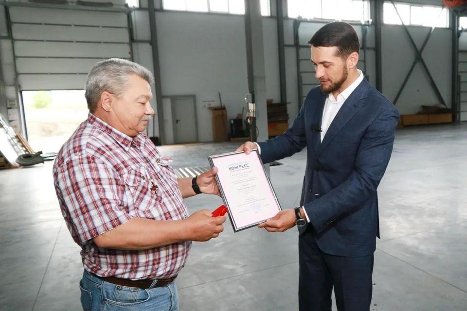 Александр Прокопьев вручает награду Анатолию Иванову.