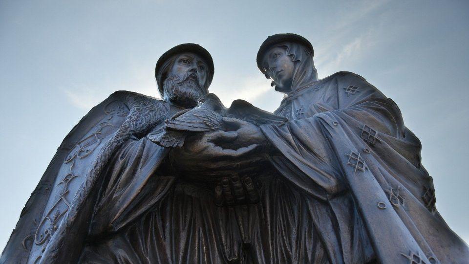 Памятник Петру и Февронии в Астрахани